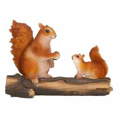 Beeldje eekhoorns op boomstam 24 x 10 x 18 cm tuinbeeldje